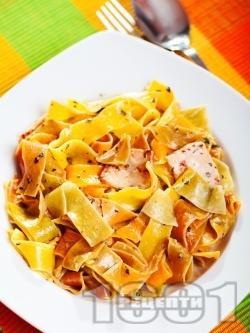 Папарделе паста с пилешки хапки, сметана и босилк - снимка на рецептата